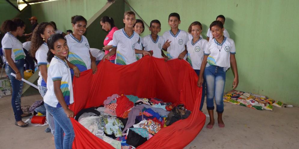 Alunos fazem doações em gincana beneficente, realizada pela Escola Hevyton Alves Possidônio.