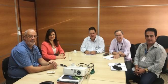 Prefeita Rosiana Beltrão se reúne com representantes da Eletrobras em busca de soluções para constantes quedas de energias em Feliz Deserto.