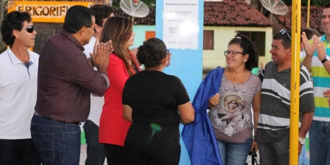 Prefeita Rosiana Beltrão inaugura praça Manoel dos Santos Silva.