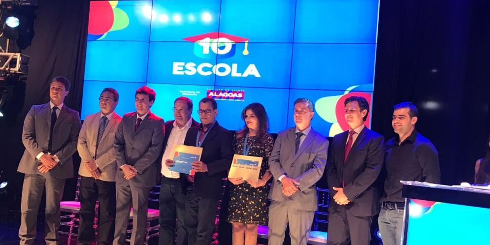 Prefeita Rosiana Beltrão e Sec. de Educação Djalma Barros participaram da premiação do Programa Escola 10.